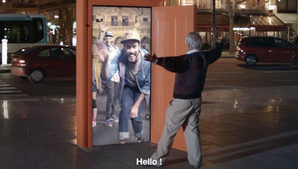 Ação criativa constrói porta para digital signage